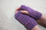 fingerless gloves 2 - pink heather - no buttons in action